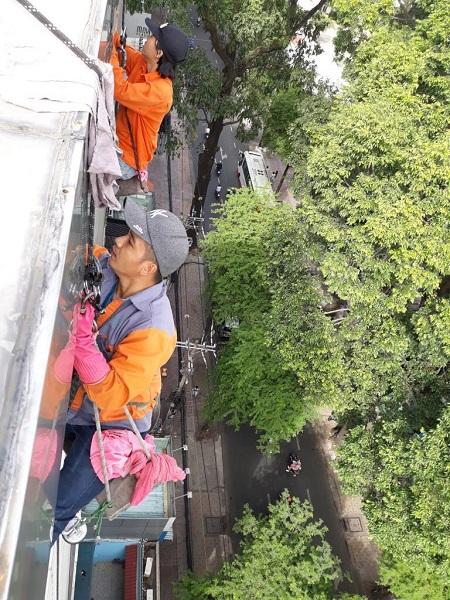 Nhân viên SAO VIỆT đang đu dây lau kính tại Long An