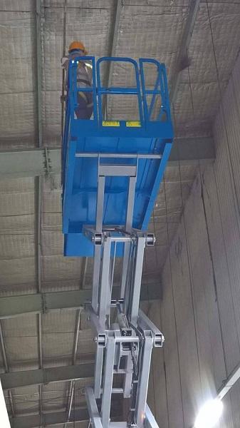 Xe nâng người dùng để vệ sinh trần nhà xưởng trên cao
